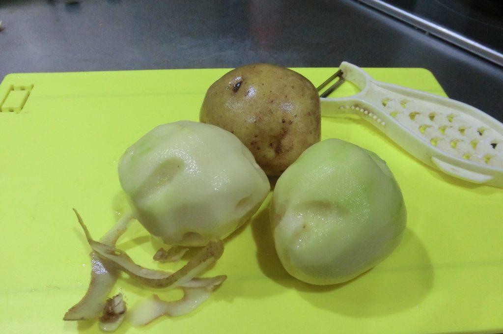 ジャガイモの皮をむく