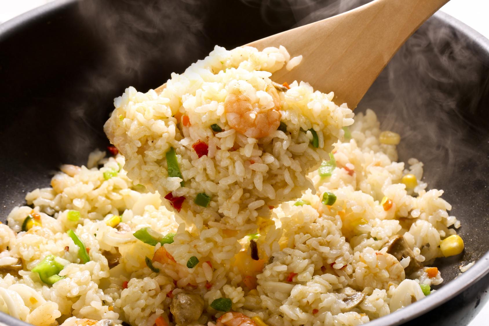 馴染んできたら温めたご飯を入れ、塩コショウで味付けをして完成。簡単に作ることができるので、軽食や夜食に重宝します。